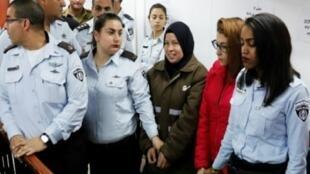 نور التميمي (الثانية إلى اليمين) وناريمان التميمي (الثالثة إلى اليمين) لدى توقيفهما في 28 كانون الأول/ديسمبر 2017