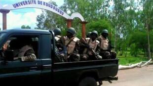 - الجيش في بوركينا فاسو  يتجه إلى واغادوغو في 21 أيلول/سبتمبر 2015