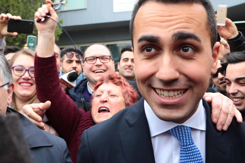 Luigi Di Maio, leader du Mouvement Cinq Étoiles, à la sortie d'un bureau de vote à Naples, le 4 mars 2018.