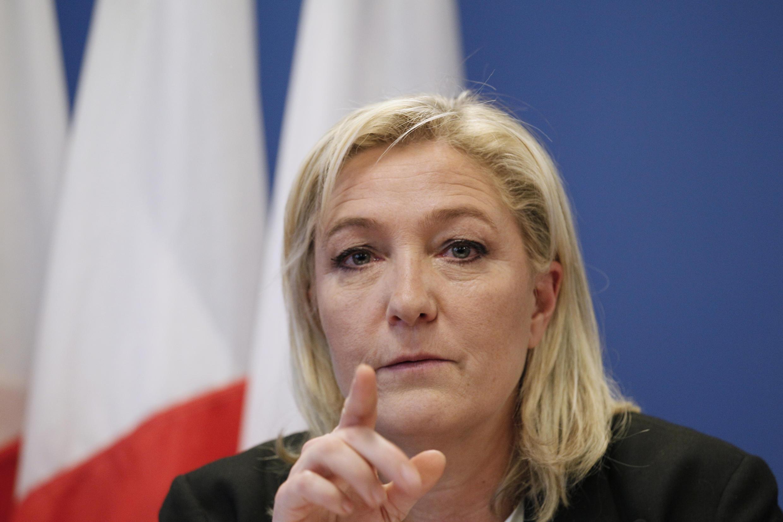 رئيسة حزب التجمع الوطني اليميني المتطرف الفرنسي مارين لوبان أثناء اجتماع في ضاحية نانتير الباريسية، 16 يناير كانون الثاني 2015
