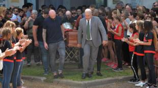 Familiares y amigos llevan los restos del fallecido futbolista argentino Emiliano Sala durante su funeral en Progreso, Argentina. 16 de febrero de 2019.