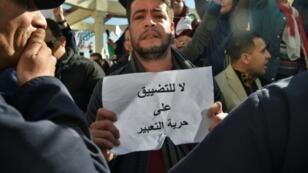 متظاهر جزائري خلال احتجاج نظمه صحافيون ضدّ الرقابة المفروضة على تغطية الاحتجاجات في 28 شباط/فبراير 2019