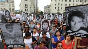 """5 000 personnes ont manifesté lundi 25 décembre à Lima contre la """"grâce humanitaire"""" accordée à l'ancien président Alberto Fujimori."""