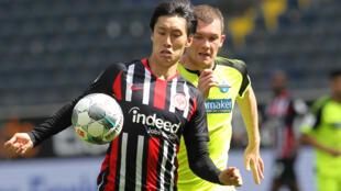 Eintracht Frankfurt's Japan forward Daichi Kamada (L) has extended his contract with the Bundesliga side until 2023