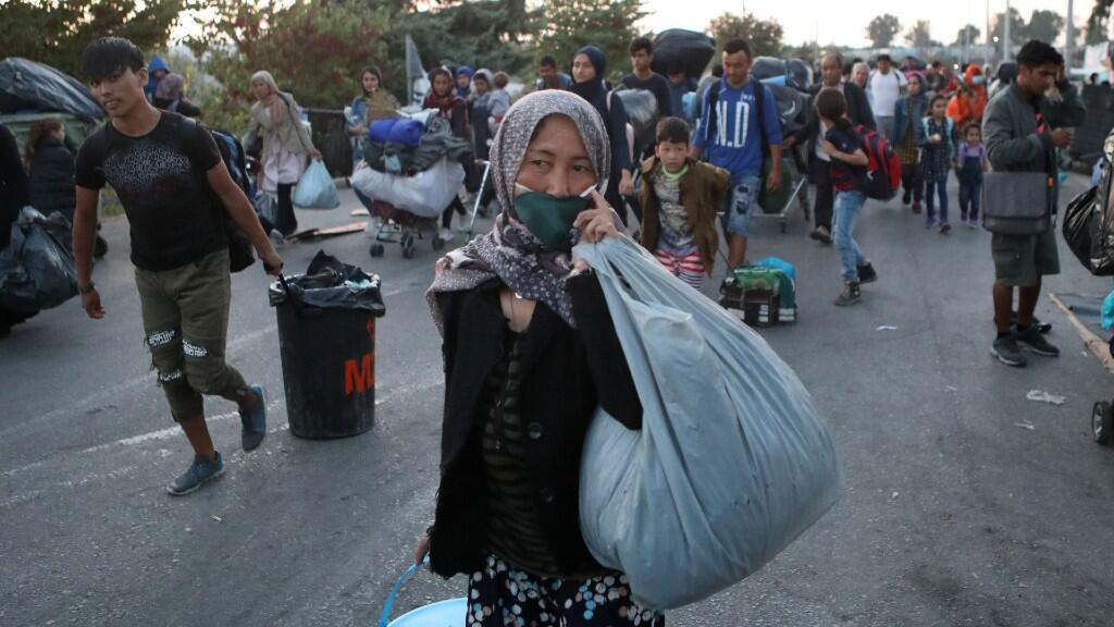 Una refugiada varada tras el incendio en el campamento de Moria a principios de septiembre.
