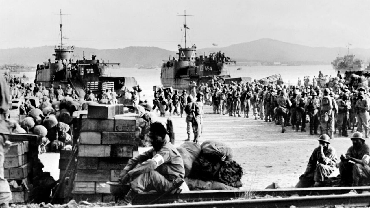 Une photo prise en août 1944 de troupes alliées débarquant à Saint-Tropez.