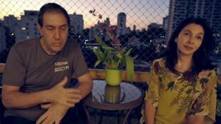 Image tirée d'une vidéo de l'AFPTV montrant le Dr Jaques Sztajnbok et sa femme Fabiane, infectiologue, lors d'une interview chez eux, le 29 avril 2020 à Sao Paulo, au Brésil