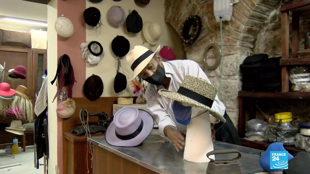 El sombrerero Luis López trabaja en su taller en los nuevos diseños inspirados en la pandemia del nuevo coronavirus. Los negocios de La Ronda, uno de las calles más visitadas por los turistas en Quito, intentan sobrevivir.