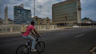 Un hombre circula en su bicicleta cerca de la embajada de Estados Unidos en La Habana, el 12 de enero de 2021.