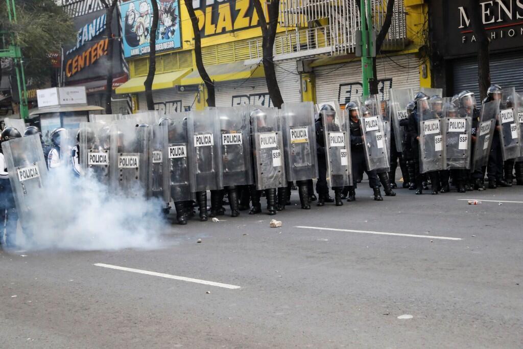 Miembros de la Policía antidisturbios en la Ciudad de México durante la marcha organizada el 26 de septiembre para conmemorar el quinto año desde la desaparición de los 43 estudiantes de Ayotzinapa.
