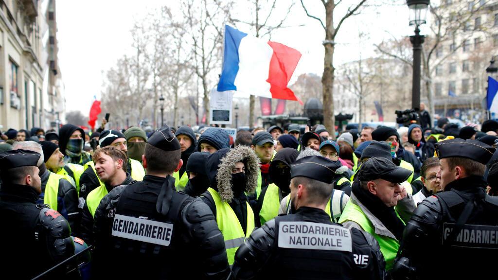 Los manifestantes que usan chalecos amarillos participan en una manifestación del movimiento por quinto sábado consecutivo en París, Francia, el 15 de diciembre de 2018.