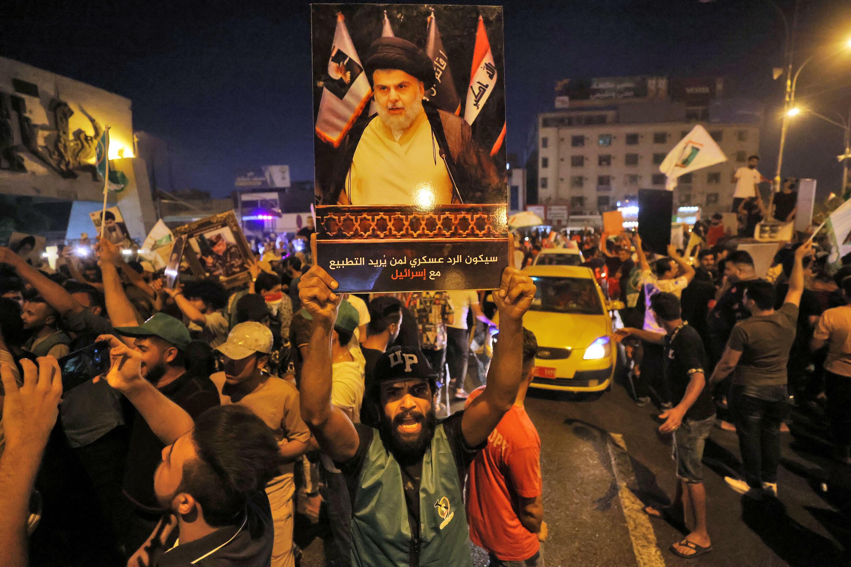 انصار لرجل الدين الشيعي العراقي النافذ مقتدى الصدر يحتفلون في ميدان التحرير في بغداد في 11 تشرين الأول/أكتوبر 2021 اثر اعلان نتائج الانتخابات التشريعية