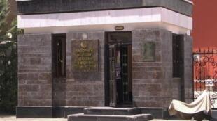 مدخل مبنى وزارة الداخلية في طاجيكستان قبل مؤتمر صحفي لوزير الداخلية بشأن مقتل 4 سياح على يد مهاجمين مسلحين 29 يوليو 2018