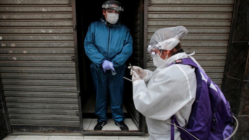 Personal médico se dispone a hacer un control PCR a un ciudadano en la Paz, Bolivia, el 21 de agosto de 2020.