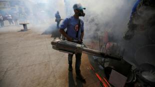 (Archivo) Un trabajador municipal fumiga un mercado para prevenir la propagación del dengue y otras enfermedades transmitidas por mosquitos en Tegucigalpa, Honduras, el 25 de julio de 2019.
