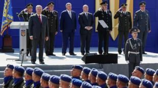 El presidente ucraniano Petro Porshenko y altos oficiales del ejército, asisten a un desfile militar para conmemorar la independencia.
