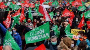 Des manifestants, lors d'un rassemblement contre le projet de loi sur la bioéthique et la PMA pour tous, à Paris, le 31 janvier 2021.