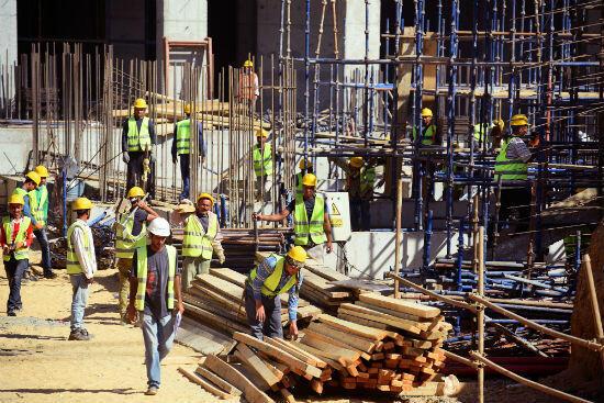 عمال يقومون بأعمال البناء في العاصمة الإدارية الجديدة بمصر