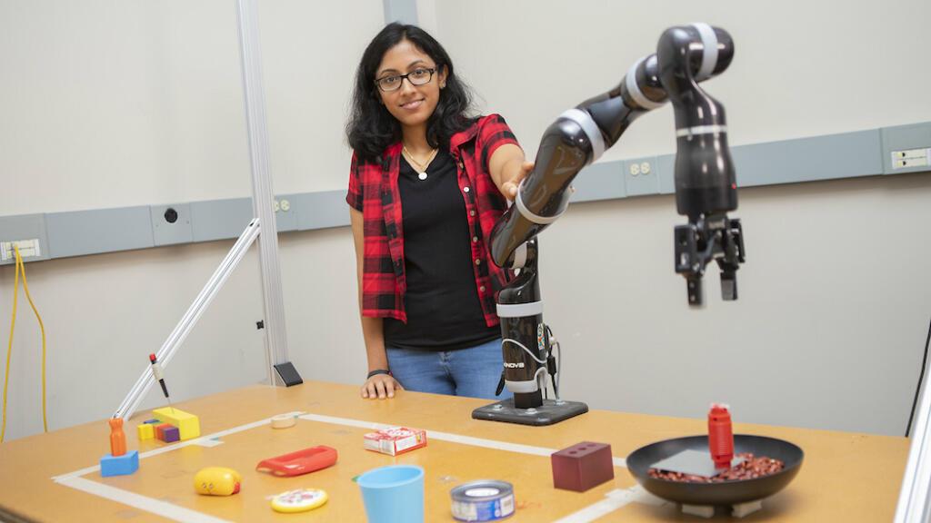 """Le robot """"MacGyver"""" et Lakshmi Nair, chercheuse impliquée dans le projet."""
