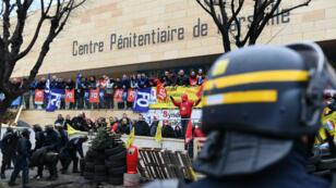 Les forces de police devant la prison des Baumettes, à Marseille, bloquée par les gardiens de prison dans le cadre d'un mouvement national, le 24 janvier 2018.
