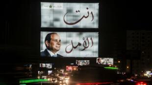 يافطات في القاهرة للرئيس المصري المنتهية ولايته عبد الفتاح السيسي