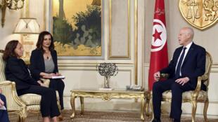 صورة نشرتها الرئاسة التونسية للرئيس قيس سعيّد مستقبلا وزيرة الداخلية الإيطالية لوتشيانا لامورغيسي في قرطاج في 27 تموز/يوليو 2020