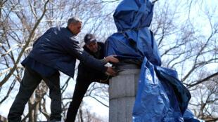 Le buste d'Edward Snowden, installé discrètement par des artistes, a été démonté quelques heures plus tard.