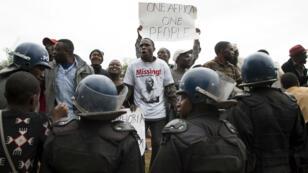 Des manifestants zimbabwéens protestent contre les violences xénophobes à Durban, devant l'ambassade d'Afrique du Sud à Harare au Zimbabwe, le 17 avril 2015.