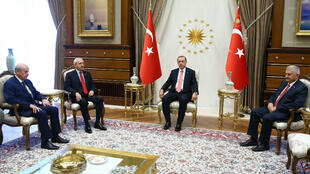 الرئيس التركي أردوغان في لقائه لقادة المعارضة