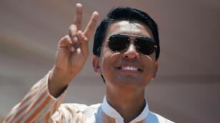 Andry Rajoelina salue ses partisans lors d'un rassemblement de campagne au stade Coliseum d'Antananarivo, à Madagascar, le 3 novembre 2018.