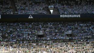 Des portraits en carton des supporters de Mönchengladbach pour les suppléer dans les tribunes du Borussia Park, le 19 mai 2020