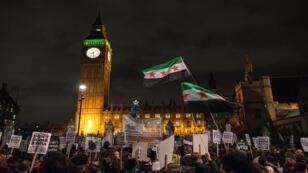 Des manifestants anti-guerre devant le Parlement britannique, où les députés ont voté, mercredi 2 décembre 2015, pour autoriser des frappes contre l'EI en Syrie.