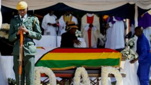Un soldado se sitúa frente al ferétro de Robert Mugabe durante su funerall. Kutama, Zimbabwe. 28 de septiembre de 2019.