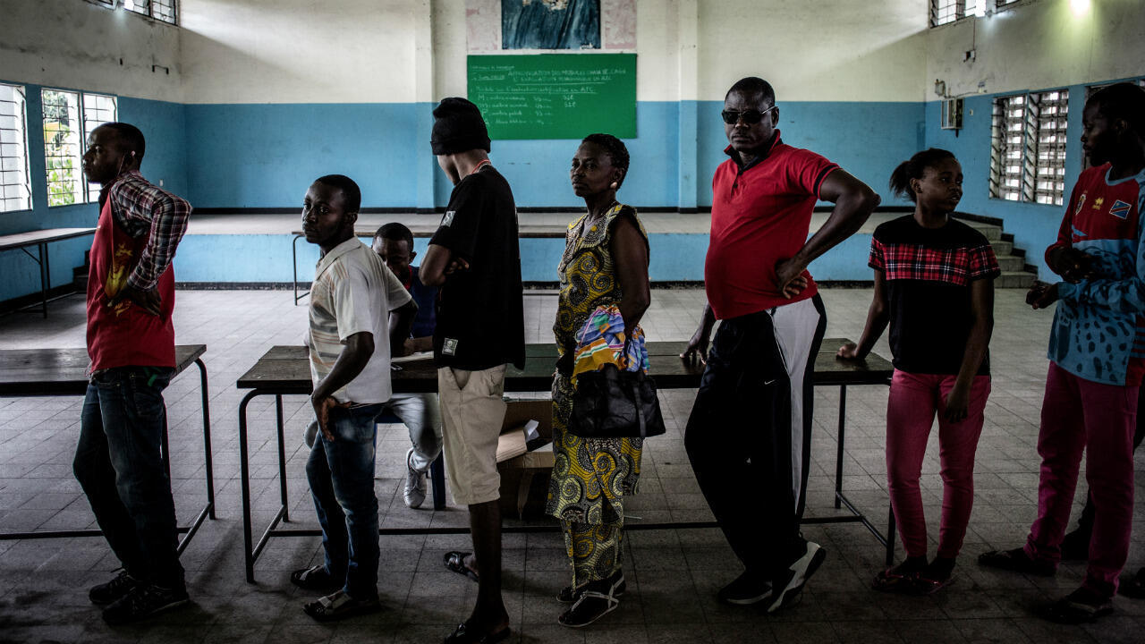 Des électeurs en RD Congo attendent pour voter à Kinshasa, le 30 décembre 2018.
