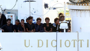 Inmigrantes a bordo del barco militar Diciotti, en el puerto italiano de Catania. 22 de agosto de 2018.