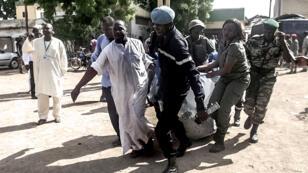 Les forces de sécurité camerounaises transportant un corps après l'attentat perpétré mercredi dans la ville de Maroua.