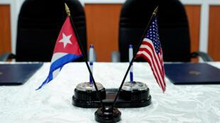 Una vista de las banderas de Cuba y Estados Unidos captada antes de la firma de los acuerdos entre el Puerto de Cleveland y las autoridades marítimas cubanas en La Habana el seis de octubre de 2017.