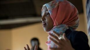 النائبة الصومالية الأمريكية إلهان عمر التي فازت في الانتخابات التمهيدية للحزب الديمقراطي في مينيسوتا تتحدث إلى مجموعة من المتطوعين في مينيسوتا بتاريخ 8 تشرين الثاني/نوفمبر 2016