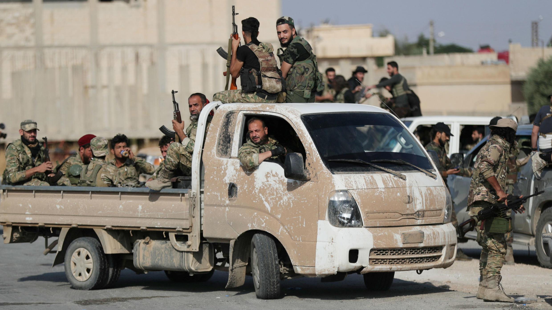 Un grupo de combatientes rebeldes sirios respaldados por Turquía  cerca de la ciudad fronteriza de Tal Abiad, Siria, el 22 de octubre de 2019.