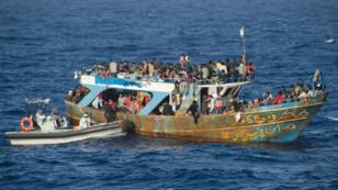 Une embarcation de migrants secourue en Méditerranée par un bateau de l'opération européenne Triton.