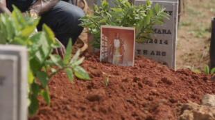 Dans un cimétière de Freetown, les victimes d'Ebola ont été enterrées à la hâte