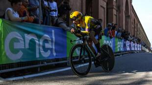 El ciclista esloveno Primoz Roglic, del Jumbo Visma, durante su recorrido en la primera etapa del Giro de Italia 2019. 11 de mayo de 2019.