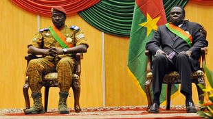 Michel Kafandon (à droite) investi président intérimaire du Burkina Faso et Isaac Zida (à gauche), Premier ministre.
