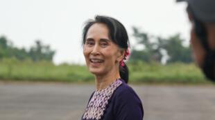 Aung San Suu Kyi à son arrivée à l'aéroport de Sittwe le 2 novembre 2017, capitale de l'Etat d'Arakane. La dirigeante birmane effectuait sa première visite depuis les exactions de l'armée contre les musulmans rohingyas dans cette région.
