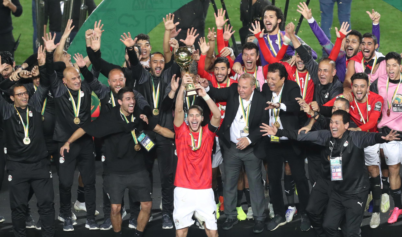 المنتخب الأولمب المصري يحتفل بلقب كأس الأمم الأفريقية تحت 23 عاما، ملعب القاهرة الدولي، القاهرة، مصر، 22 نوفمبر/ تشرين الثاني 2019