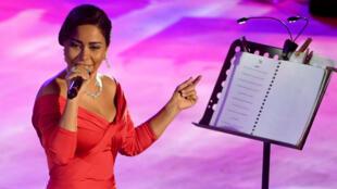 المطربة شيرين خلال حفلتها في مهرجان قرطاج بتونس 2017