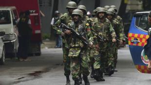 Des militaires à Dacca, le 2 juillet 2016, après l'assaut dans le restaurant où avait lieu une prise d'otages.