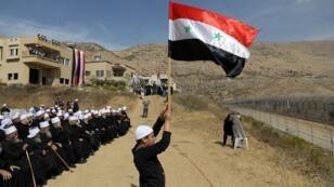 عدد من أبناء الطائفة الدرزية ببلدة مجدل شمس في الجولان يرفعون الأعلام السورية  6 أكتوبر/تشرين الأول 2018