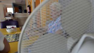 Covid-19 et canicule en se combinant présentent des risques accrus notamment pour les personnes vulnérables avec par exemple l'usage de ventilateurs