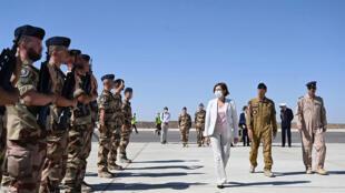 وزيرة الجيوش الفرنسية فلورانس بارلي خلال زيارة لقاعدة عسكرية في الأردن. 28 أغسطس/آب 2020.